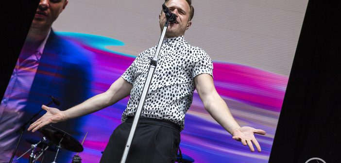 Olly Murs has our heart skip a beat at the York Racecourse